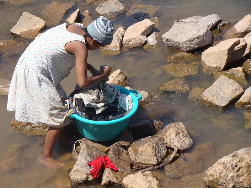 Lessiveuse dans l'eau de l'Ikopa