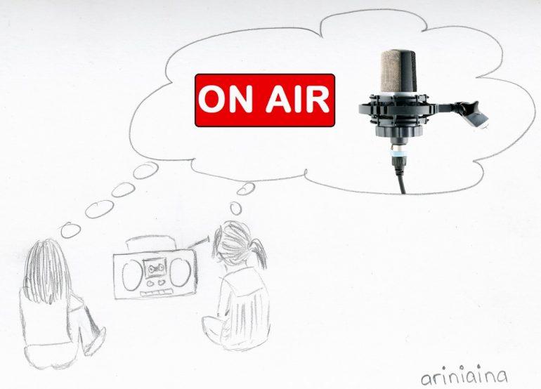 Image représenant le jeu de 2 petites filles malgaches qui animaient une chaine radio imaginaire